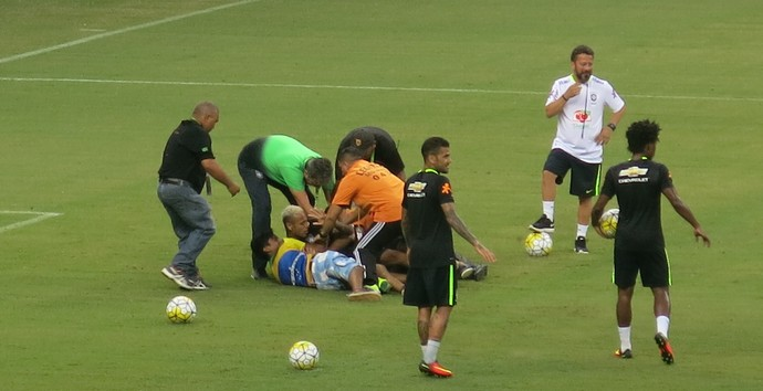 neymar manaus invasão treino aberto (Foto: Edgard Maciel de Sá)