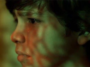 Jovem Leandro chora ao ver a mãe (Foto: Amores Roubados / TV Globo)