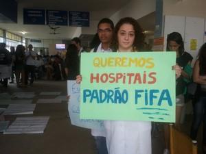 Manifestantes pedem melhorias no Hospital Universitário (Foto: Roberta Cólen/G1)