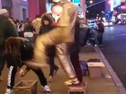 'Estátua humana' chuta rapaz que tentou 'roubar' seu dinheiro