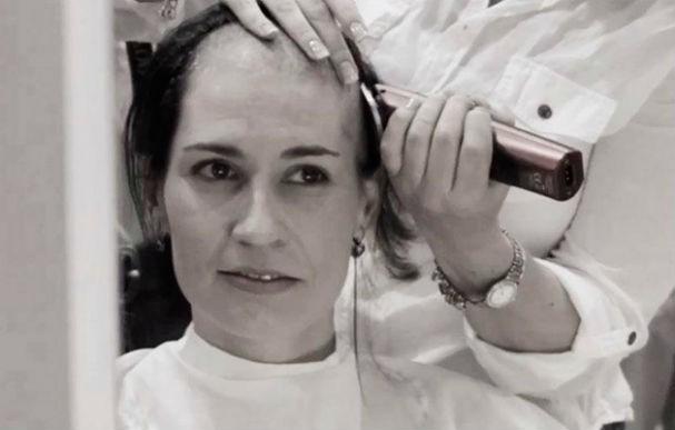 Elas não pensaram duas vezes antes de raspar a cabeça para homenagear a amiga (Foto: Albert Bredenhann)