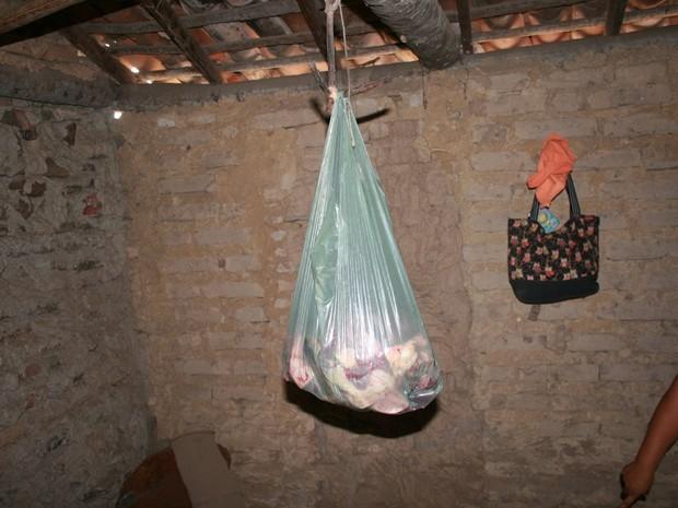 Carne era guardada fora da geladeira em alojamentos (Foto: Ministério Público do Trabalho)