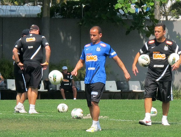 Léo treino Santos recuperado (Foto: Marcelo Hazan / Globoesporte.com)