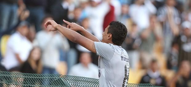 Paulinho comemora gol do Corinthians contra o Sport (Foto: Ag. Estado)