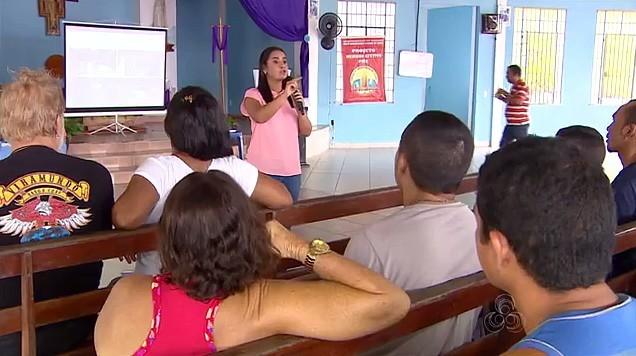 Madrinha do Consciência Limpa, Ruthiene Binda, na comunidade Cidade de Deus, em Manaus (Foto: Amazonas TV)