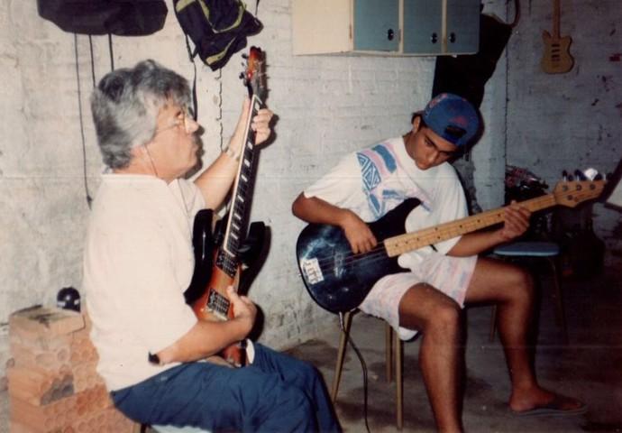 Fabinho, da Preto Massa, com seu primeiro baixo, ao lado do tio  (Foto: Fabinho Ferreira/Arquivo pessoal)