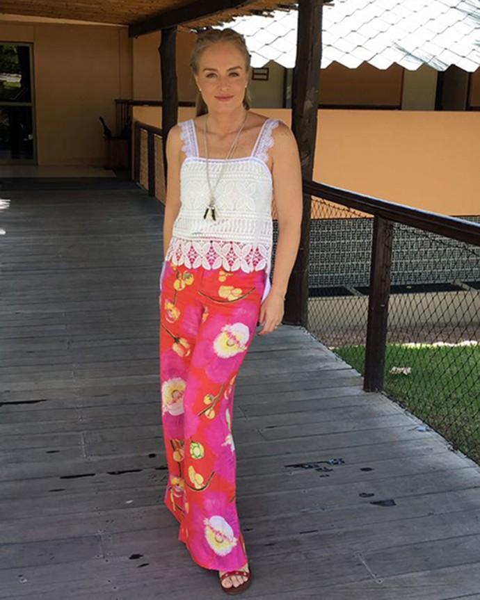 Nem só de vestido se sobrevive no verão! Angélica usa calça estampada com regata rendada (Foto: Deborah Montenegro)
