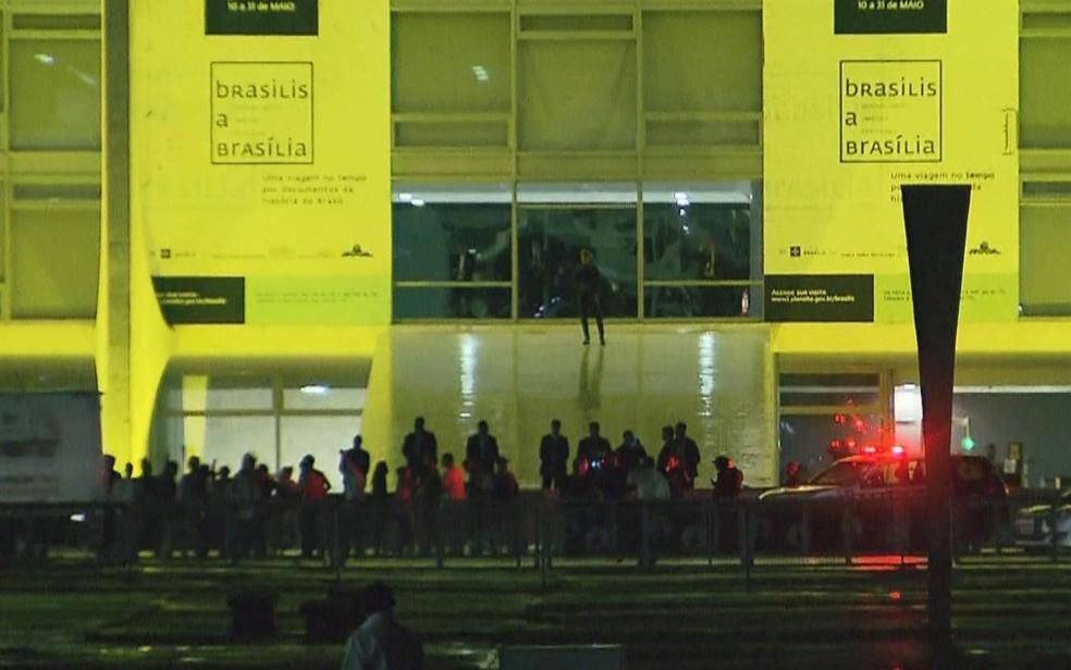 Grupo se reúne em frente ao Palácio do Planalto, em ato contra presidente Michel Temer (Foto: TV Globo/Reprodução)