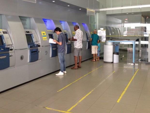 Banco do Brasil do Comércio tem pouco movimento nos caixas eletrônicos (Foto: Natally Acioli/G1)