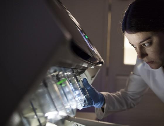 A pesquisadora Maria Galli de Amorim, do A.C. Camargo, e o sequenciador de genoma, tecnologia utilizada para a análise das amostras coletadas pela pesquisa (Foto: Divulgação)