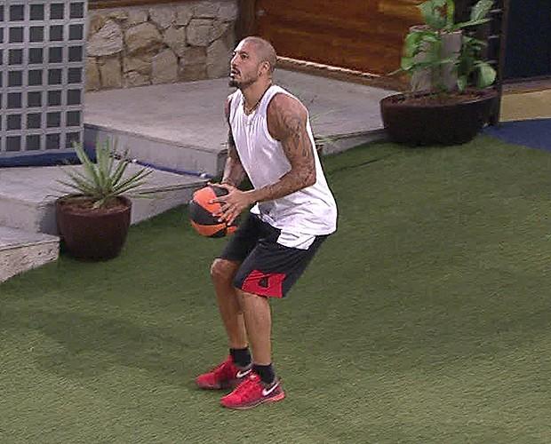 Fernando jogando basquete no jardim da casa (Foto: (Foto: TV Globo))