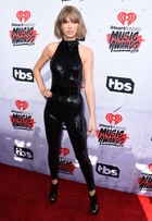 Veja estilo dos famosos no iHeartRadio Music Awards e no ACM Awards