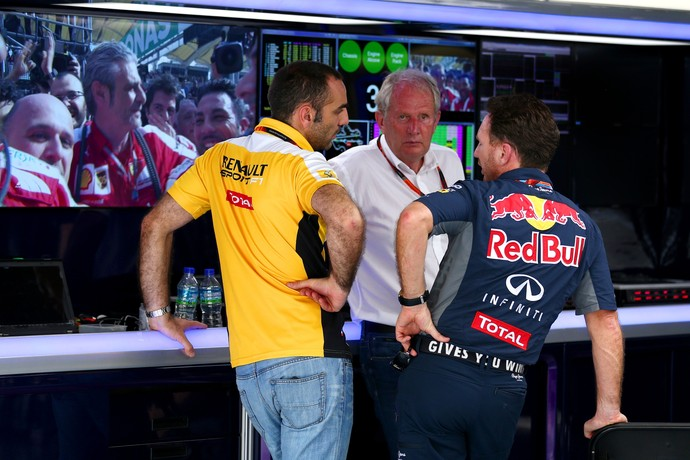 Helmut Marko e Christian Horner com Cyril Abiteboul no GP da Malásia (Foto: Getty Images)