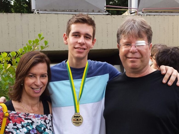 Felipe Roz Barscevicius com a mãe Rosana e o pai Paulo (Foto: Arquivo pessoal)