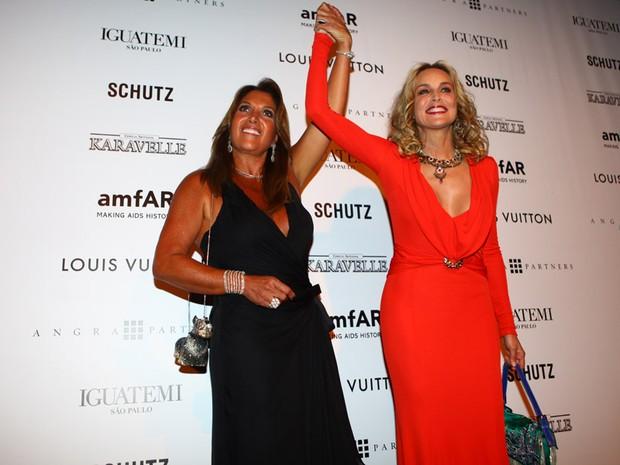 Lucília Diniz e Sharon Stone no baile amfAR (Foto: Iwi Onodera / EGO)