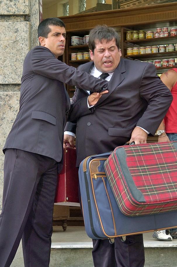 Os imprevistos e as picuinhas entre Pedrão e Jorginho já começam na hora de arrumar a mala (Foto: Globo)