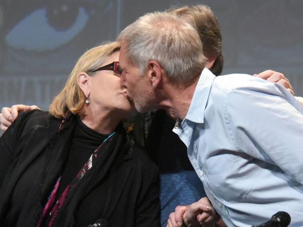 Harrison Ford e Carrie Fisher se beijam durante painel de 'Star Wars: O Despertar da Força' na San Diego Comic-Con 2015 (Foto: Richard Shotwell/Invision/AP)