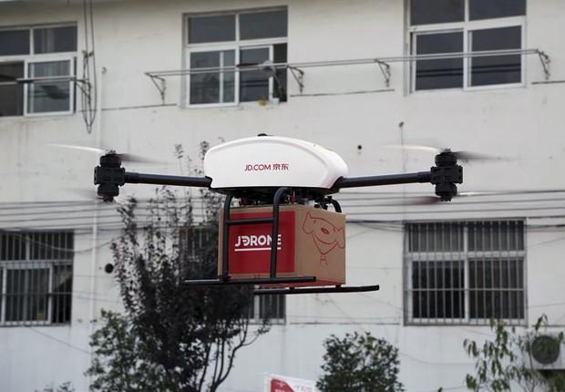 Desde o ano passado, em algumas regiões do país, especialmente as montanhosas e remotas, a imagem de um drone transportando pacotes é algo habitual na China (Foto: EFE)