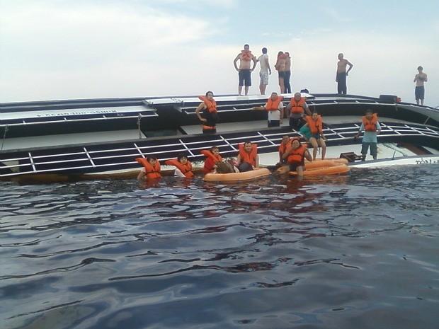 Vítimas foram resgatadas pelo Corpo de Bombeiros e Marinha (Foto: Divulgação/Marinha)