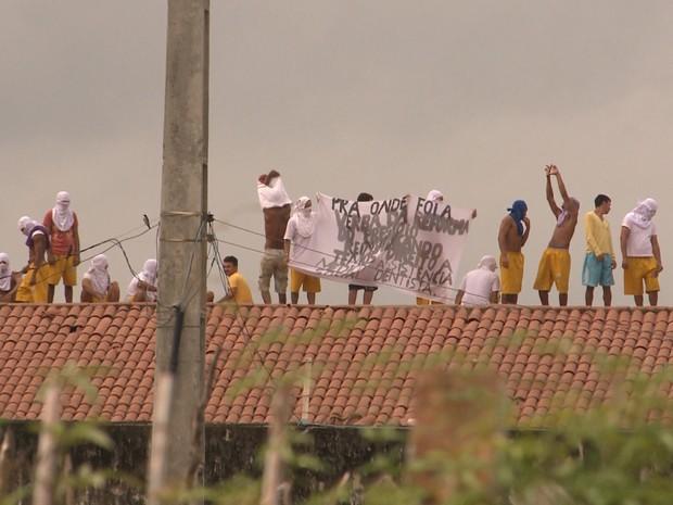 Presos estenderam lençóis reivindicando melhorias (Foto: Reprodução/TV Paraíba)