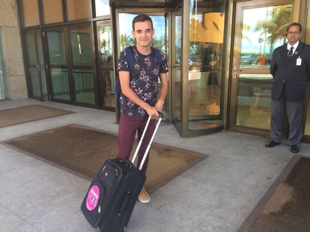 Yuri - Deixando o hotel após 48 horas de confinamento (Foto: Luana Balmas / EGO)