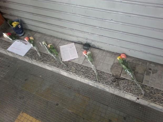 Flores foram colocadas em frente a restaurante onde ocorreu o crime (Foto: Rafael Antunes/G1)