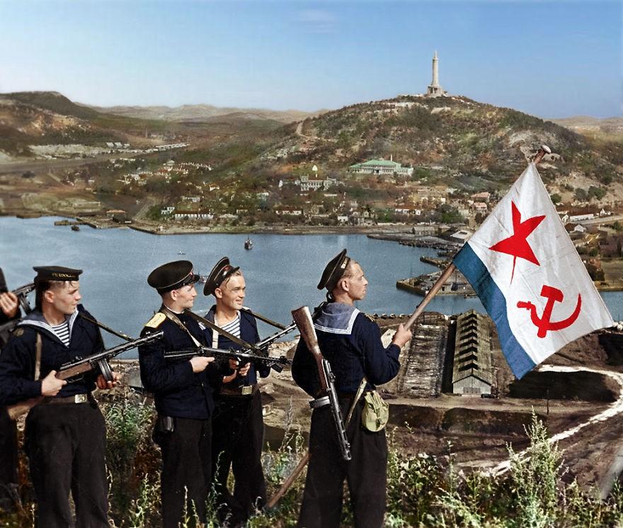 Oficiais da Marinha russa, em 1945 (Foto: Reprodução)