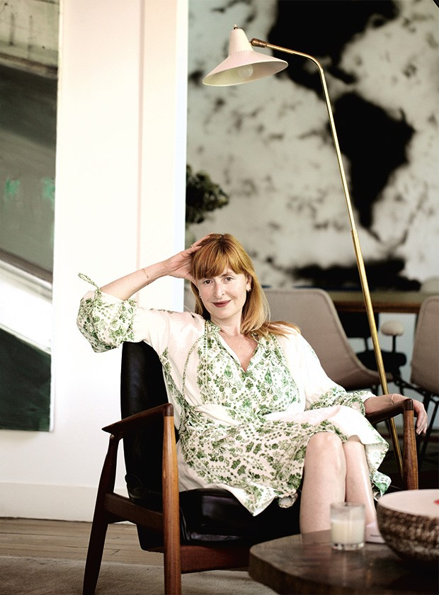 A colecionadora em seu apartamento, em Paris (Foto: Renata Charveriat )