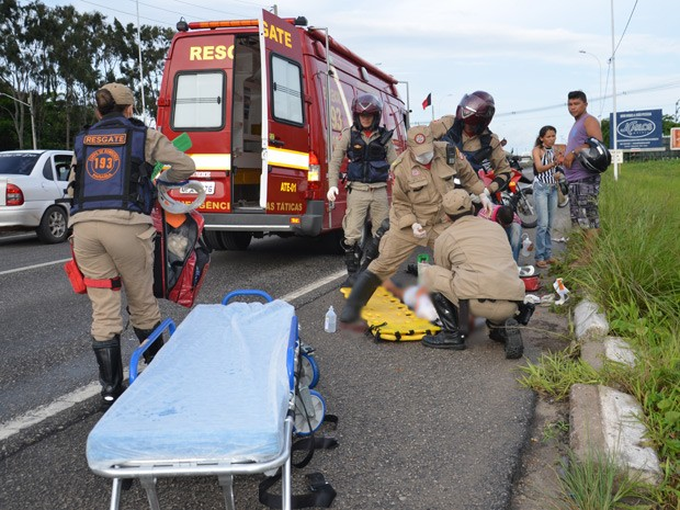 Um homem ficou ferido após ser atropelado na faixa de pedestre no trecho urbano da BR-230 próximo ao Parque de Exposições Henrique Vieira de Melo, no bairro do Cristo Redentor em João Pessoa. De acordo com o inspertor da Polícia Rodoviária Federal (PRF) Gérson Bezerra, o pedestre atravessava a rodovia quando foi atingido por um motocicleta. Segundo a PRF, o motociclista não prestou socorro à vítima e fugiu do local do acidente. Ainda de acordo com o inspetor Gérson Bezerra, o homem apresentava ferimentos na cabeça e fratura no braço. A vítima foi atendida e levada para o Hospital de Emergência e Trauma de João Pessoa (Foto: Walter Paparazzo/G1)