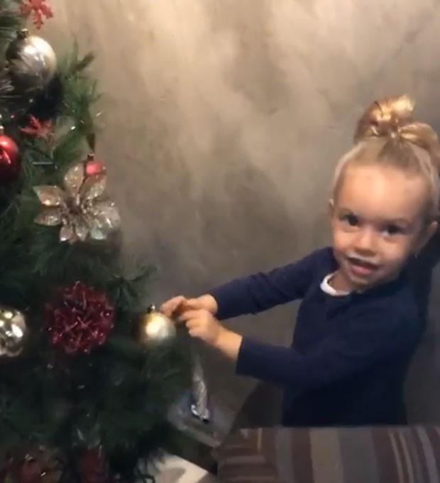 Aurora ajudou o pai, Rafael Cardoso, a montar a árvore de Natal da família (Foto: Reprodução Instagram)
