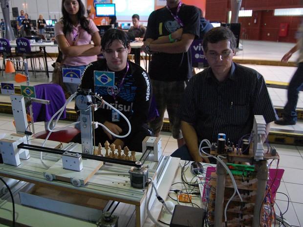 Francisco (à direita) controla a máquina, que joga contra o campuseiro Gabriel (esquerda) (Foto: Lorena Aquino/G1)