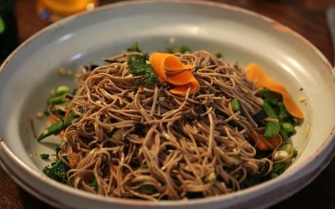Salada de soba: macarrão de trigo sarraceno com vegetais