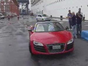 Roberto Carlos chegou em um carro vermelho (Foto: Reprodução/TV Tribuna)
