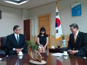 Wilson Risolia se reúne com Lee Kee Yong, secretário de Educação da província de Chungcheongbukdo, no centro da Coreia do Sul, para tratar de intercâmbio na área de ciências exatas (Foto: Daniela Braun/G1)