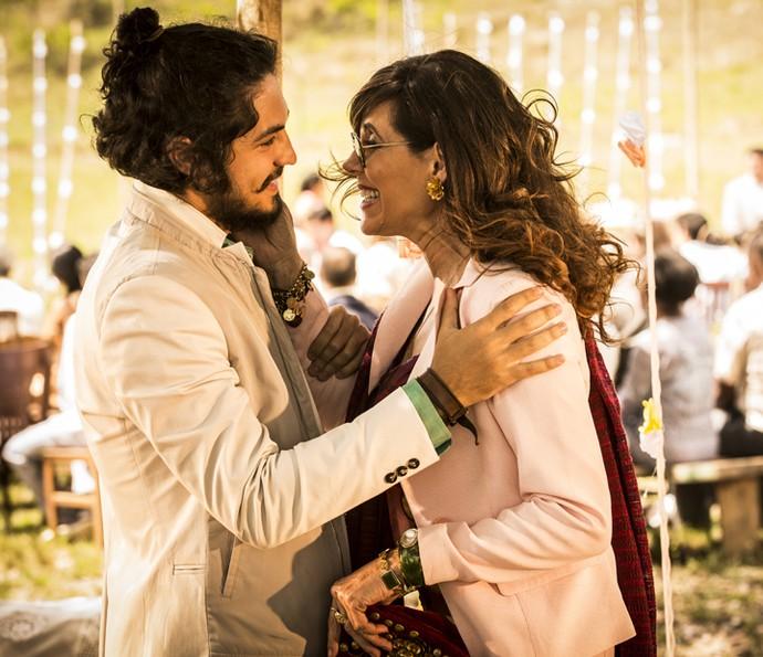 Miguel fica feliz ao ver Iolanda (Foto: Inácio Moraes/ Gshow)