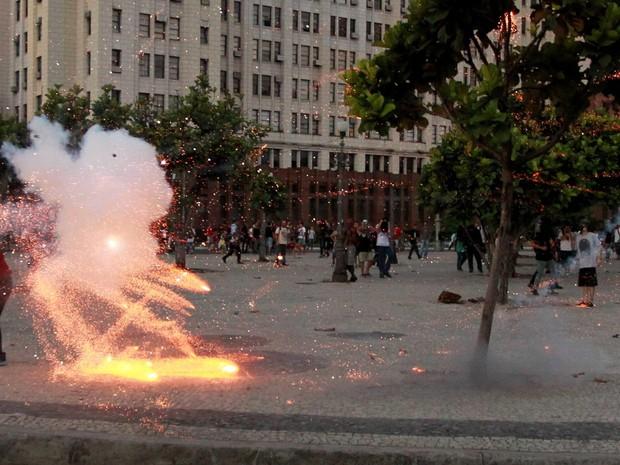 O cinegrafista Santiago Andrade é atingido por rojão aceso por um manifestante durante manifestação pelo passe-livre no Centro do Rio de Janeiro (Foto: Domingos Peixoto/Agência O Globo)