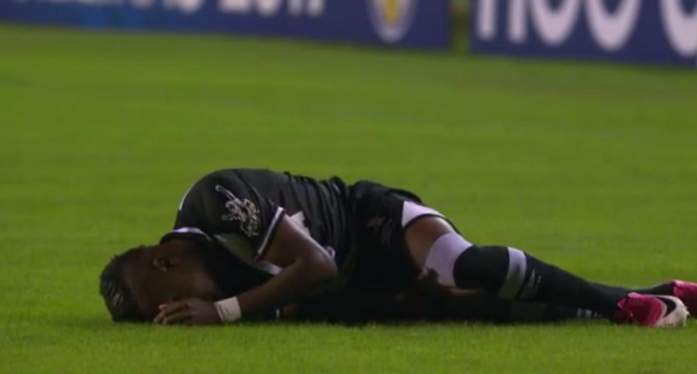 Kelvin fica caído no gramado após lesão contra o Corinthians (Foto: Reprodução)