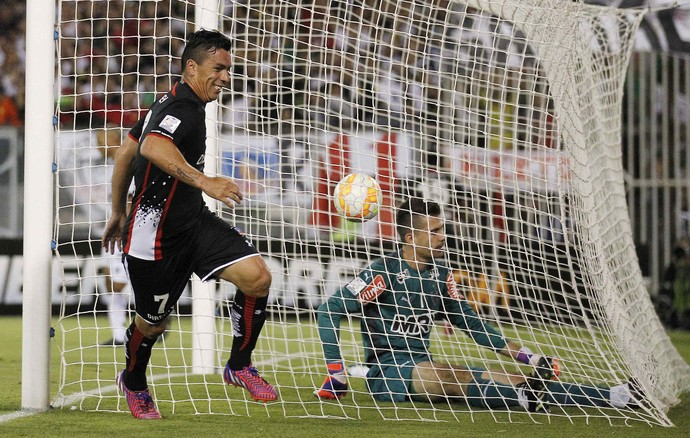 Esteban Paredes comemora gol do Colo-Colo marcado diante do goleiro Victor do Atlético-MG (Foto: Reuters)