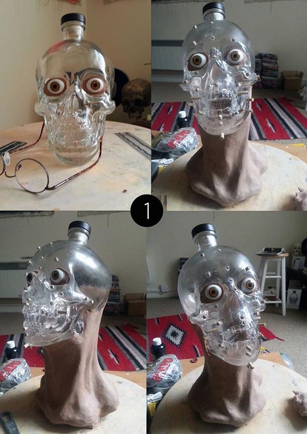 O artista forense Nigel Cockerton utilizou garrafa de vodca para recriar 'rosto' de crânio (Foto: Reprodução/Facebook/Crystal Head Vodka)