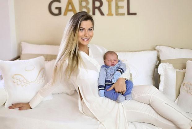 Andressa Suita e filho (Foto: Reprodução)