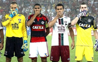 Protesto jogadores Flamengo X Fluminense (Foto: Alexandre Cassiano / Agência O globo)