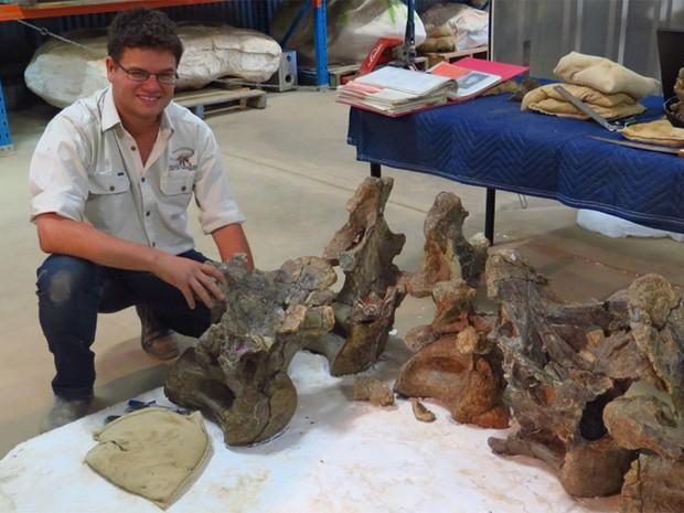 Dr Stephen F Poropat com o fóssil do dinossauro encontrado na Austrália (Foto: Australian Age of Dinosaurs Museum of Natural History)