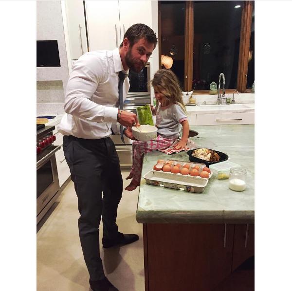 O ator Chris Hemsworth na cozinha de sua casa com a filha de 4 anos (Foto: Instagram)