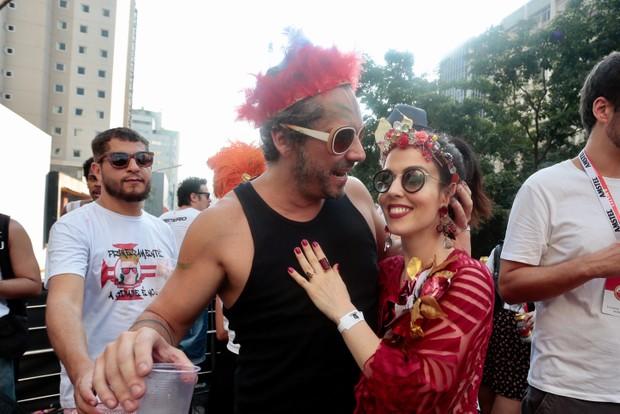 Alexandre Nero com a mulher, Karen Brusttolin, em desfile de bloco de carnaval (Foto: Rafael Cusato/EGO)