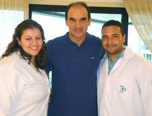 Ricardo Gomes com a equipe de fisioterapeutas (Foto: Divulgação)