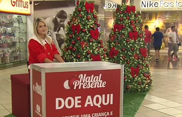 Para cada brinquedo doado uma bolo vermelha da árvore será substituída por uma branca Goiânia Goiás (Foto: Reprodução/TV Anhanguera)