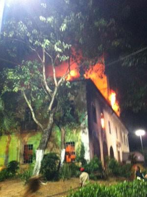 Incêndio atinge secretaria Municipal da Educação, em Salvador (Foto: Renata Menezes/TV Bahia)