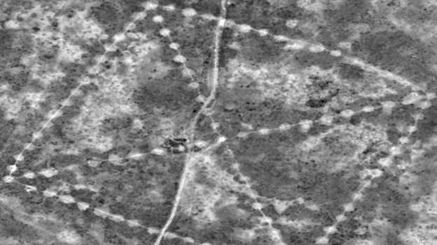 Os montículos tinham originalmente alturas entre 1,80 m e três metros; eles formam quadrados e cruzes (Foto: DigitalGlobe/Nasa)