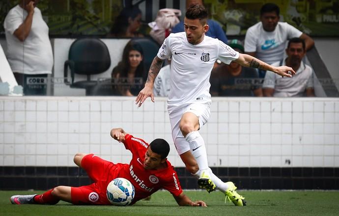 Lucas Lima, do Santos, passa pela marcação de William, do Inter (Foto: Ricardo Saibun / Divulgação SantosFC)