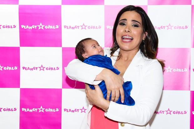 Wanessa se encanta com bebê em loja (Foto: Manuela Scarpa/ Photo Rio News)